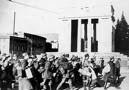 Soldati italiani avviati verso la deportazione dinnanzi al